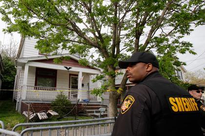 Полиция у дома где были найдены девушки