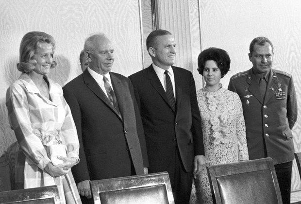 Американский космонавт Фрэнк Борман и советский космонавт Герман Титов с женами на приеме у председателя президиума ВС СССР Николая Подгорного, июль 1969 года