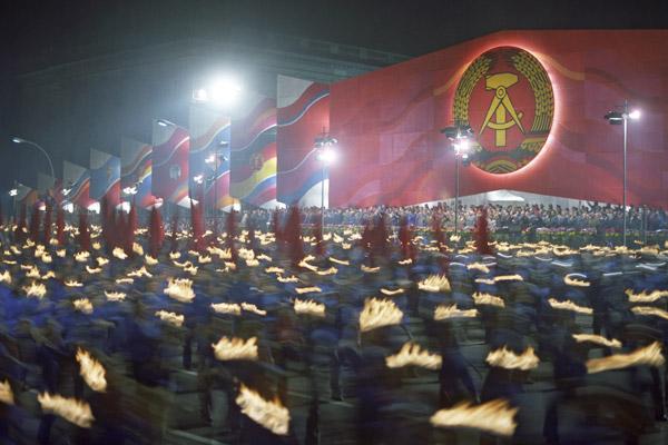Факельное шествие молодежи ГДР по бульвару Унтер ден Линден в Берлине. Празднование 25-й годовщины образования ГДР, 1974 год