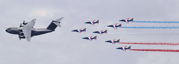 Airbus A400M и пилотажная группа Patrouille de France
