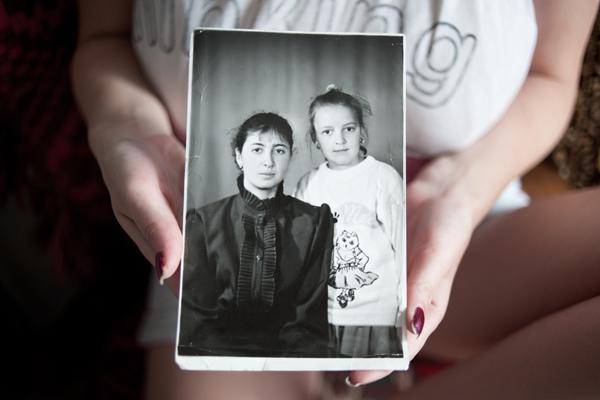Татьяна Королева держит в руках фотографию своей убитой сестры Ольги Подзоровой (справа)