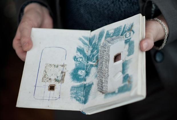 Книга «Вероника решает умереть» с вырезанной нишей для мобильного телефона