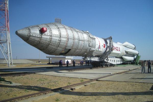Протон-М перед установкой. Верхняя часть ракеты с контейнером, внутри которого размещены спутники и разгонный блок