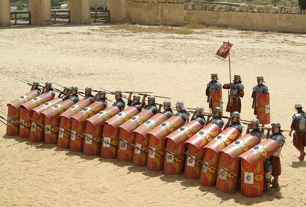 Современная реконструкция боевого порядка римских легионеров
