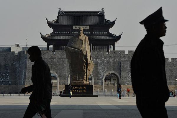 Памятник китайскому государственному деятелю, автору реформы системы экзаменации чиновников Фань Чжунъяню в Сучжоу