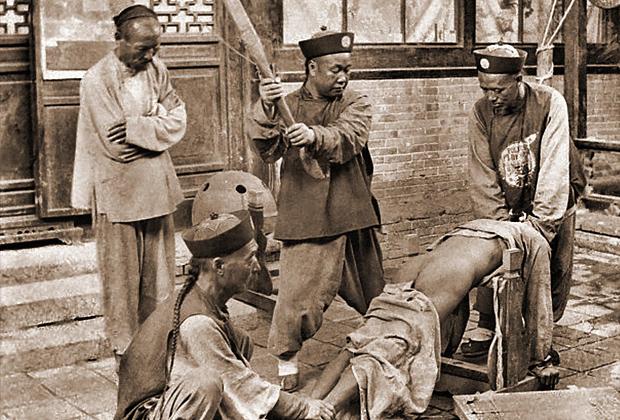 Наказание провинившегося в Китае. Приблизительно 1900 год