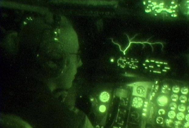 Огни святого Эльма на ветровом стекле кабины пилотов самолета-заправщика KC-10 Extender