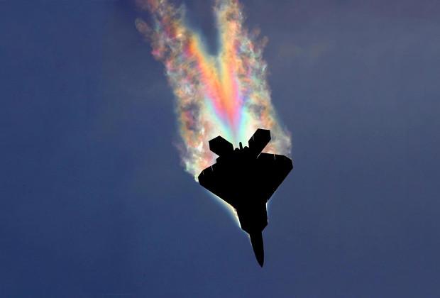 Проявление эффекта Прандтля-Глоерта за истребителем F-22 Raptor