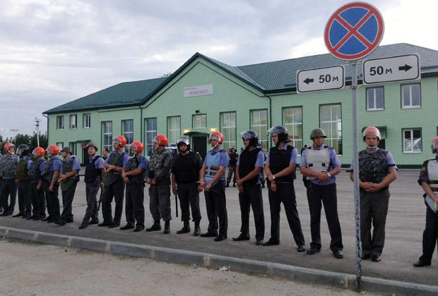 Полицейское оцепление около вокзала Пугачева