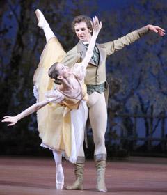 Артист балета Семен Чудин в роли Ленского и Анна Тихомирова в роли Ольги в сцене из балета «Онегин» Джона Крэнко
