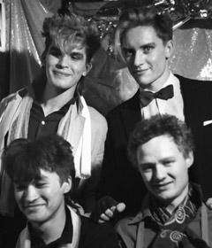 Участники рок-группы «Кино» Виктор Цой и Александр Титов (слева направо на первом плане), Юрий Каспарян и Георгий Гурьянов (слева направо на втором плане)
