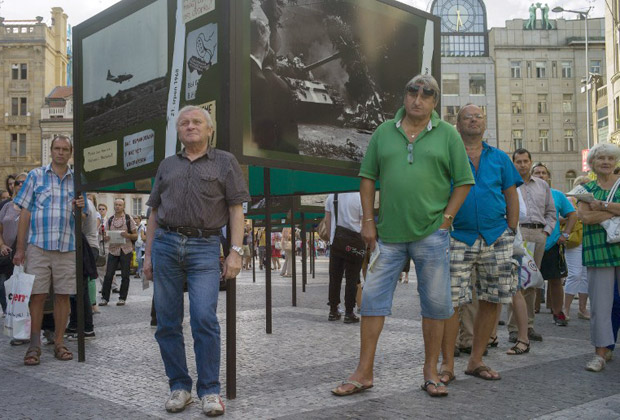 Посетители выставки на Вацлавской площади, посвященной событиям 1968 года