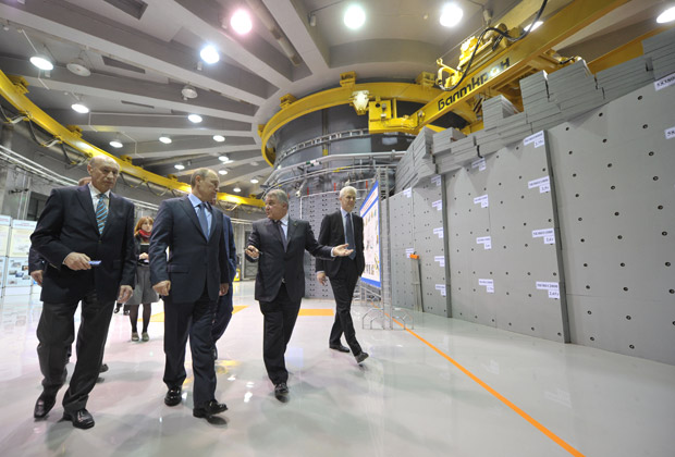 Визит Владимира Путина в Петербургский институт ядерной физики. На заднем плане — реактор ПИК