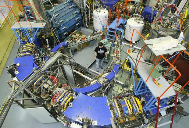 Сотрудник Института ядерной физики (Новосибирск) в зале, где установлен электрон-позитронный коллайдер ВЭПП-2000