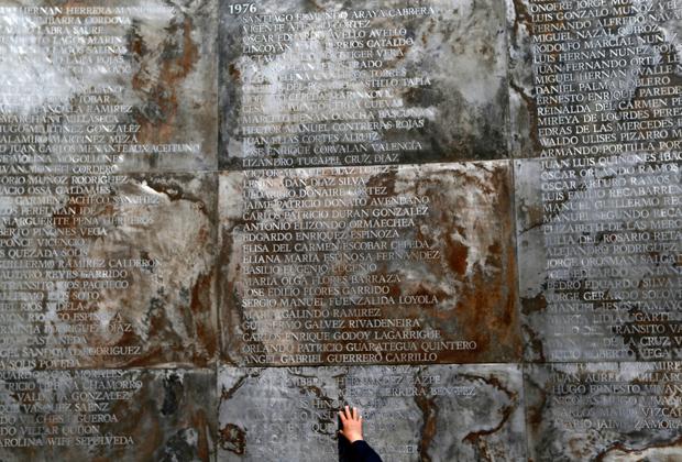Мемориальная стена с именами погибших в годы диктатуры в Парке Мира, разбитом на месте пыточной «Виллы Гримальди» в Сантьяго