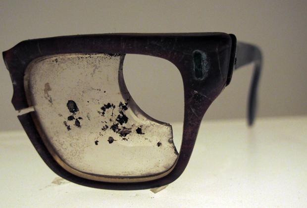 Разбитые очки президента Сальвадора Альенде в экспозиции Национального музея в Сантьяго
