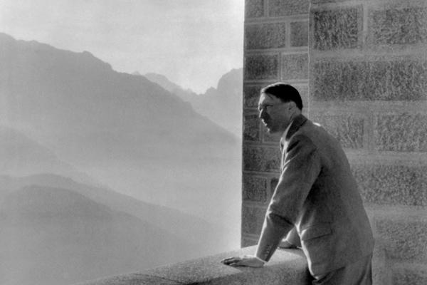 Гитлер в своей баварской резиденции «Бергхоф» в 1938 году