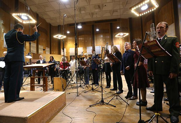 Олег Газманов (третий справа) во время записи новой версии гимна России