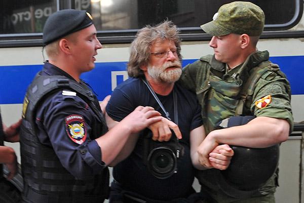 Полиция задерживает шеф-редактора фотослужбы агентства Reuters в России и странах СНГ Григория Дукора во время народного схода на Манежной площади в поддержку Алексея Навального