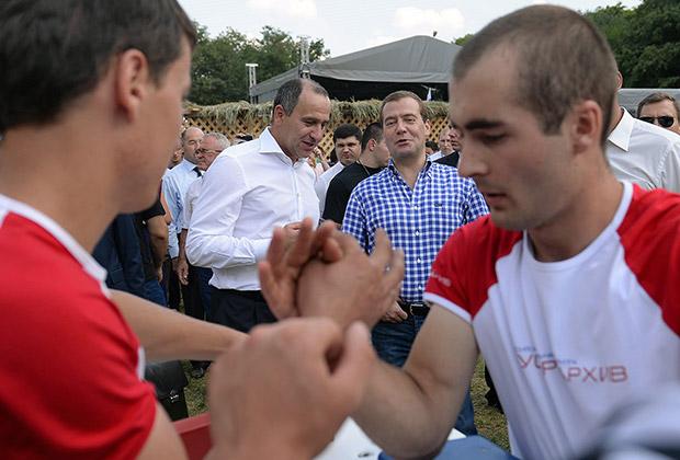 Глава Карачаево-Черкесии Рашид Темрезов и премьер-министр РФ Дмитрий Медведев на молодежном форуме «Машук-2013»