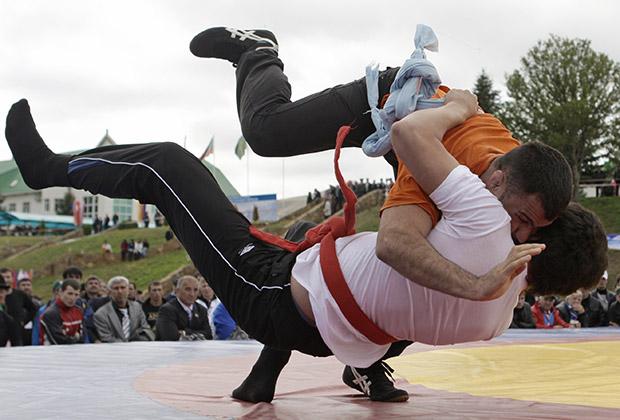 Поединок борцов на фестивале «Кавказские игры — 2010» в ауле Хабез