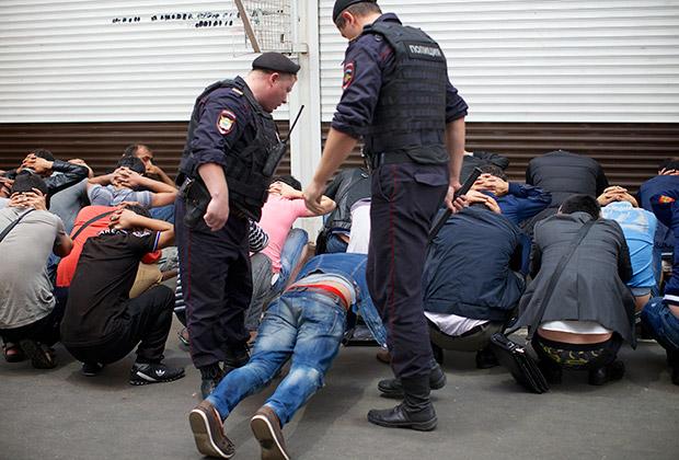 Задержание мигрантов на одном из московских рынков
