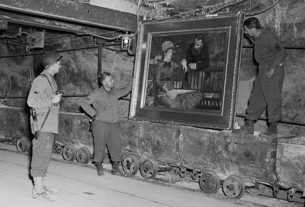 Американские солдаты осматривают картину Эдуарда Мане «Зимний сад», украденную нацистами и спрятанную в соляных шахтах