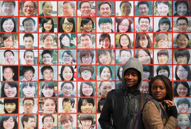 Иностранные студенты на территории кампуса Чжэньцзянского университета