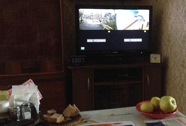 Телевизор Раисы Остроуховой, на котором она наблюдает за соседями