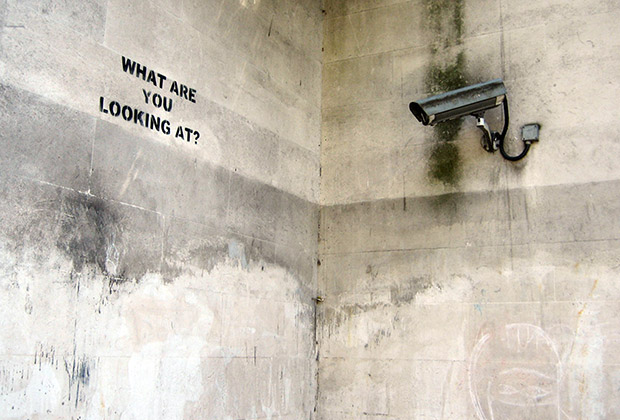 Работа английского художника Banksy «What are you looking at?»