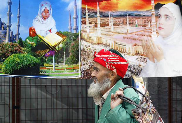 Плакаты религиозного содержания на улицах Душанбе