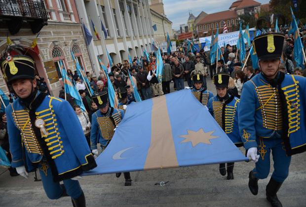 Румынские венгры с секейским флагом во время акции протеста в городе Сфынту-Георге, административном центре румынского жудеца Ковасна. 8 ноября 2012 года