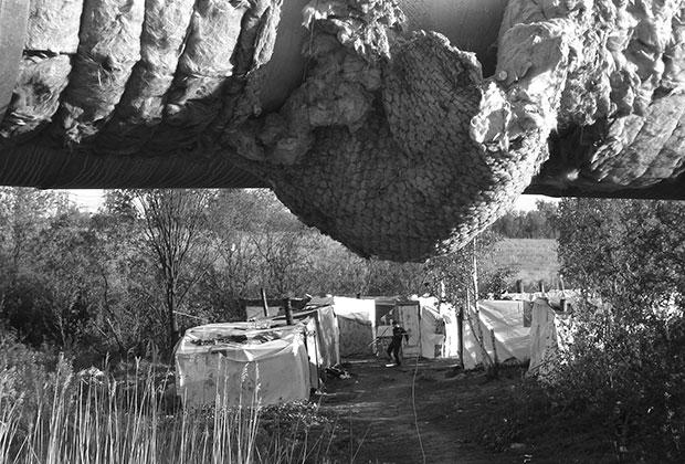 Цыганский табор возле станции метро «Рыбацкое»
