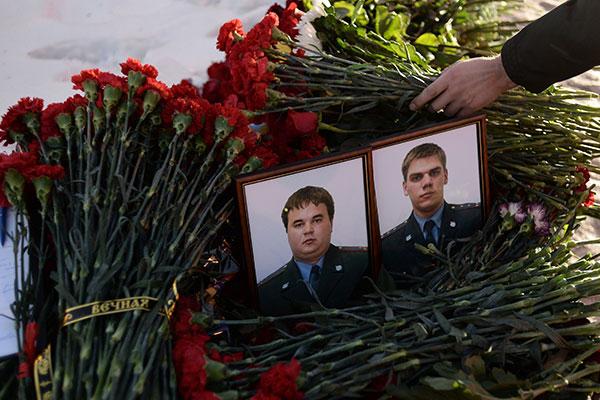 Портреты Владимира Борискова и Владимира Шишкина на месте убийства на Ленинградском шоссе