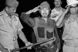 Хироо Онода во время церемонии капитуляции на острове Лубанг в марте 1974 года