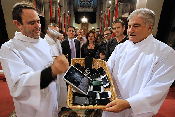 Освящение гаджетов в одном из соборов Ниццы