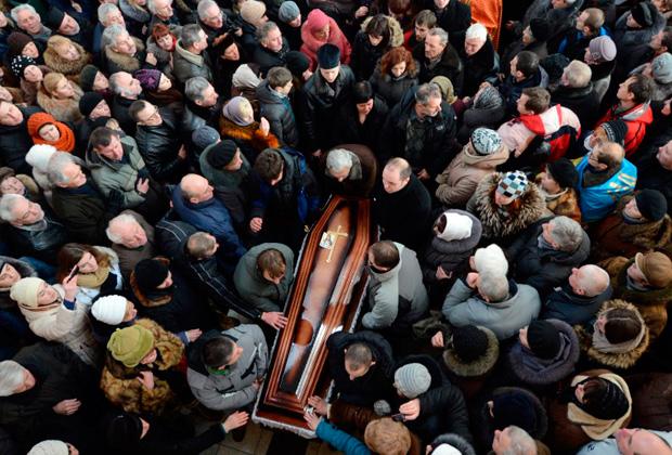 Жители Львова на похоронах оппозиционера Юрия Вербицкого, погибшего в Киеве