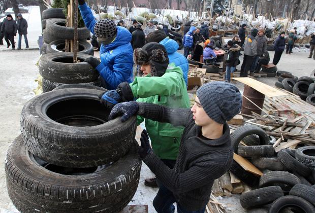 Строительство баррикад на улицах Львова