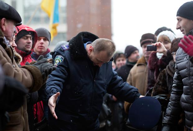 Милиционер перед толпой оппозиционеров в Ивано-Франковске, 24 января