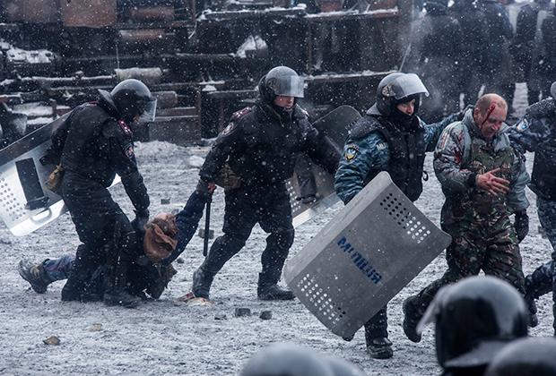 Задержание демонстрантов в ходе столкновений на улице Грушевского