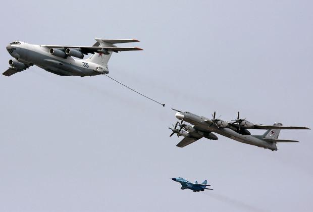 Ил-78М проводит дозаправку бомбардировщика Ту-95МС