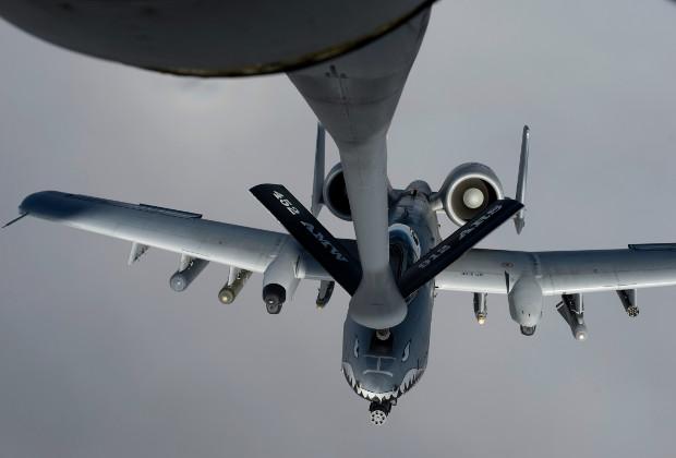 KC-135 производит дозаправку штурмовика A-10 Thunderbolt II