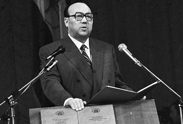 1994 год. Муртаза Рахимов приносит присягу при вступлении на должность президента Башкирии
