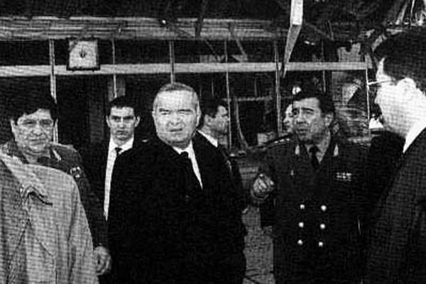 Рустам Иноятов (слева), Ислам Каримов и Закир Алматов (справа) на месте взрыва в Ташкенте, 1999 год