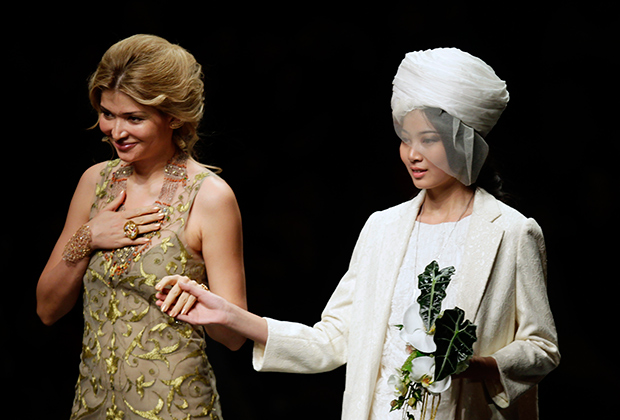 Гульнара Каримова (слева) на показе коллекции GULI в рамках недели моды в Пекине, 2012 год