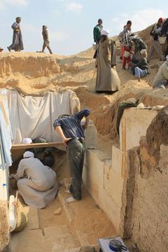 Археологи на раскопках гробницы фараона Усер-иб-Ра Сенебкая