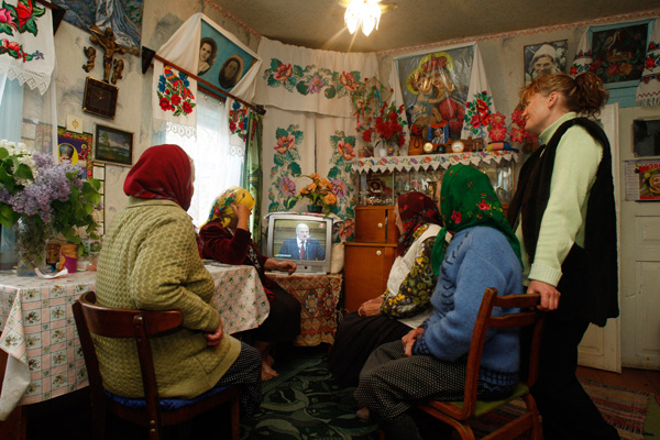 Жительницы деревни Погост Гомельской области смотрят выступление Александра Лукашенко