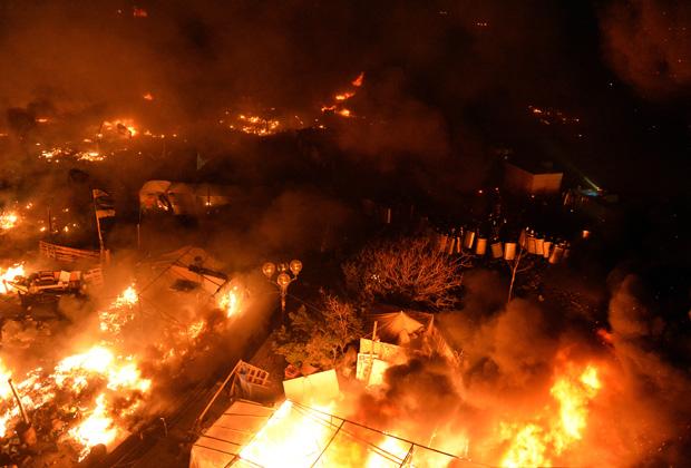 Горящие палатки оппозиции на площади Независимости в Киеве