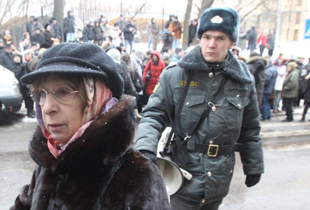 Актриса Лия Ахеджакова  у Хамовнического районного суда, где проходило оглашение приговора Михаилу Ходорковскому и Платону Лебедеву