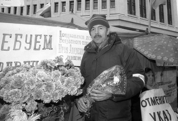 Юрий Мешков перед зданием Верховного совета Крыма, 1991 год